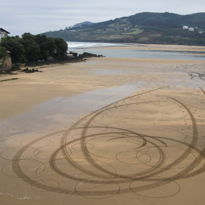 Mundaka, surf, beach art, dougados, circles, sand drawing