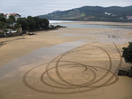 Mundaka, surf, beach art, dougados, circles, sand drawing