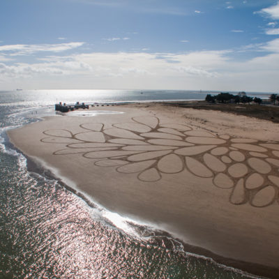 sam dougados, la rochelle, ile de ré, pont, invasion, beach art, sand drawing
