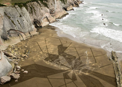 flysch, zumaia, dougados, beach art, sand drawing, falaise, cliff